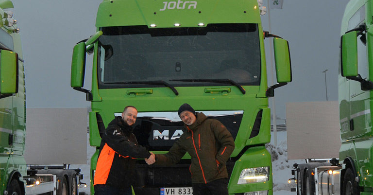 3-gronne-Jotra-biler-og-2-menn-cropped